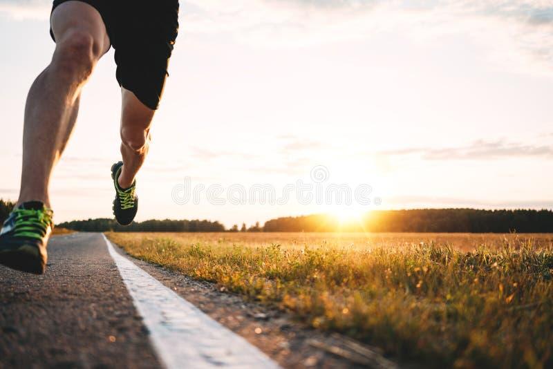 Snelle sterke agentvoeten die op asfaltweg dicht lopen omhoog in sportschoen Athlet stelt openlucht in werking stock afbeeldingen