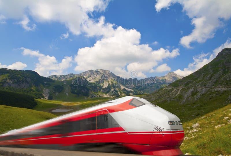 Snelle trein die door berglandschap overgaat stock afbeelding