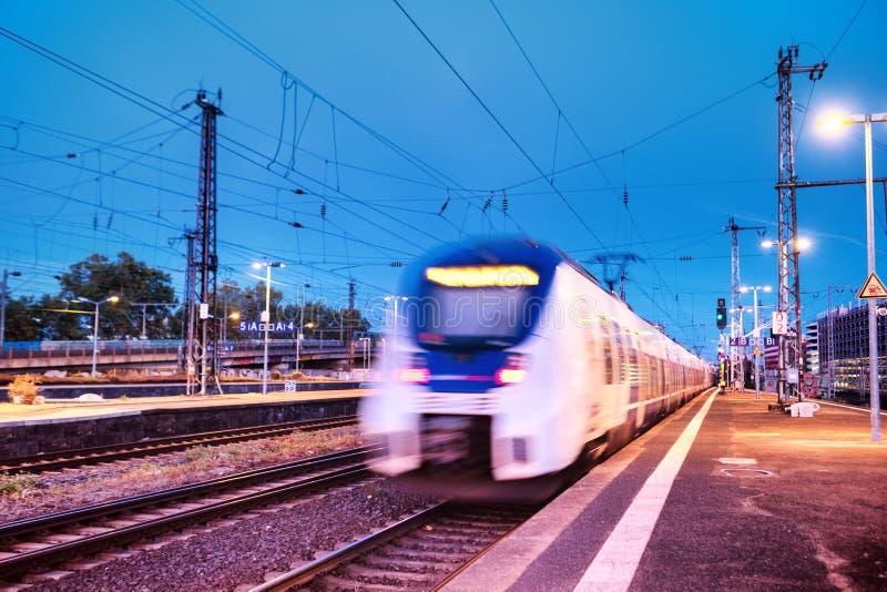 Snelle trein op het station Samenstelling met vervoer Concept en idee bij vervoerspunt stock afbeeldingen