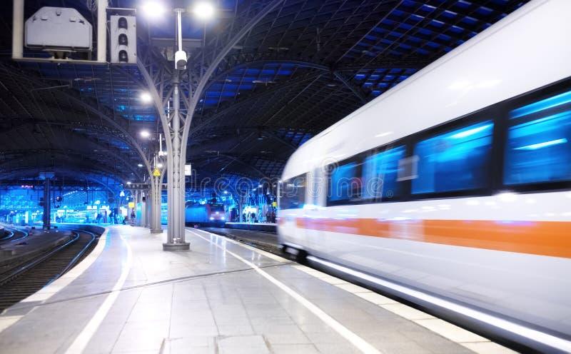 Snelle trein op het station Samenstelling met vervoer Concept en idee bij vervoerspunt stock afbeelding