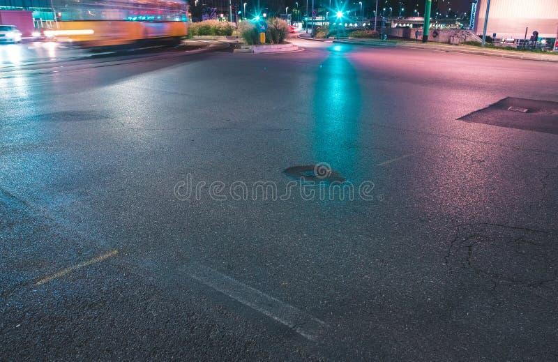 Snelle voertuigen op een weg stock afbeelding