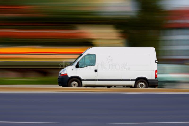 Snelle witte bestelwagen