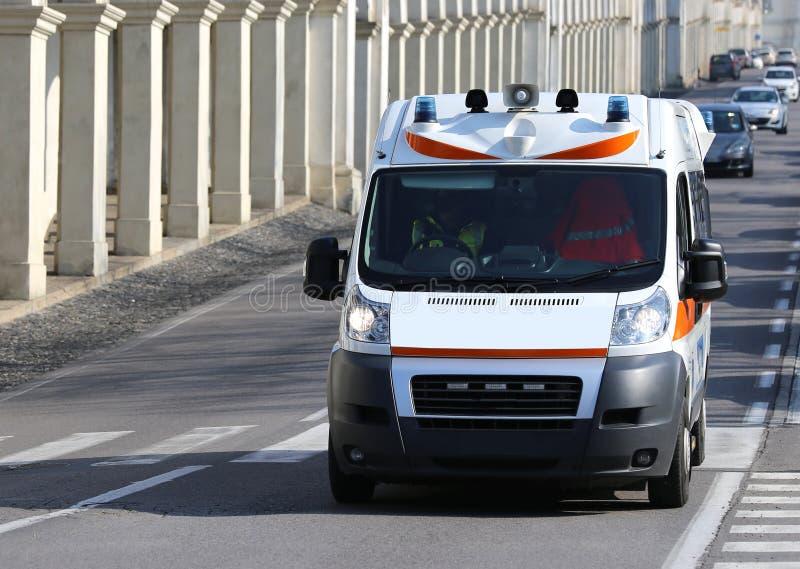 Snelle ziekenwagenlooppas aan de stadsstraat tijdens een Medische Noodsituatie stock afbeeldingen