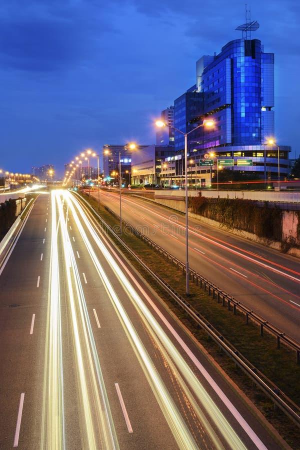 Snelweg in centrum van Katowice in de avond stock afbeelding