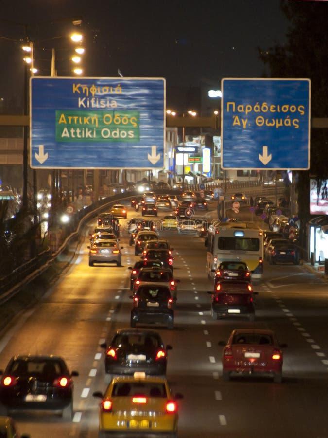 Snelweg en auto's bij nacht royalty-vrije stock afbeelding