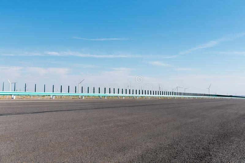 Snelweg en windlandbouwbedrijven royalty-vrije stock fotografie