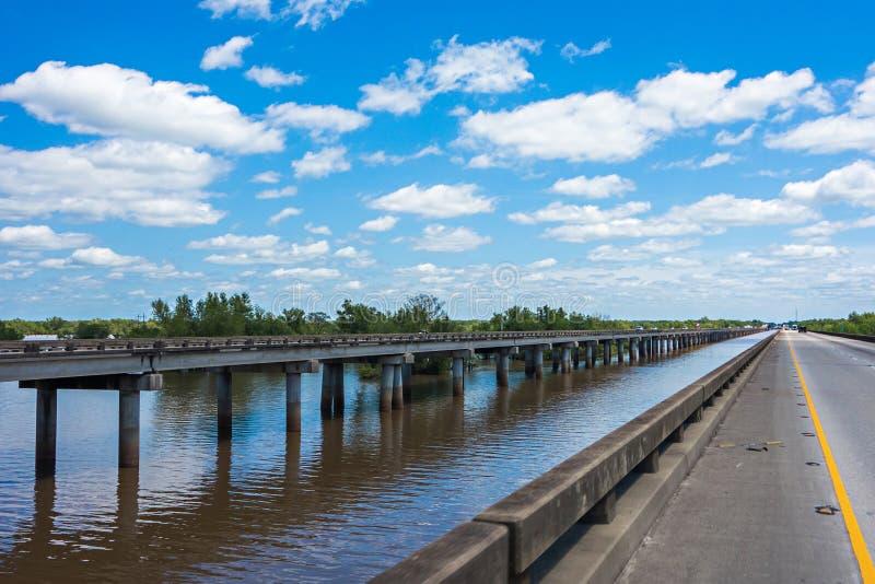 Snelwegbrug over atchafalayastroomgebied in Louisiane royalty-vrije stock afbeelding