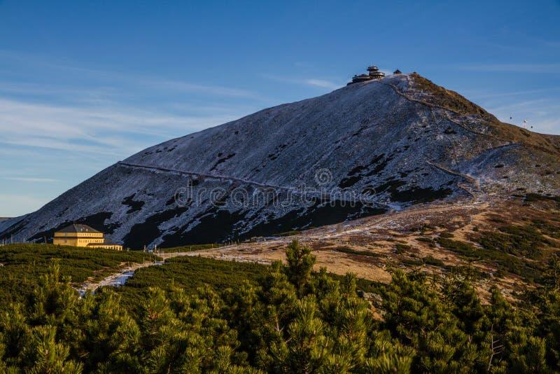 Snezka coberto em parte pela neve Krkonose, República Checa foto de stock royalty free