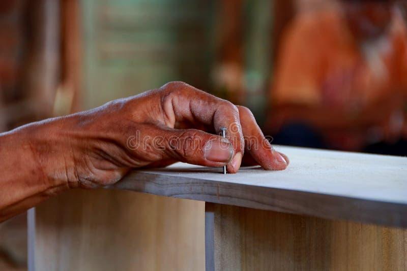 Snickare arbetar på snickerimaskineri i snickeri shoppar arkivfoto