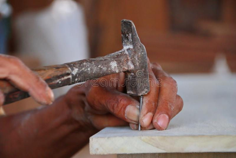 Snickare arbetar på snickerimaskineri i snickeri shoppar royaltyfria foton