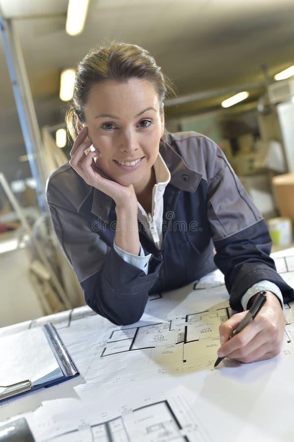 Snickare för ung kvinna på arbete arkivbilder