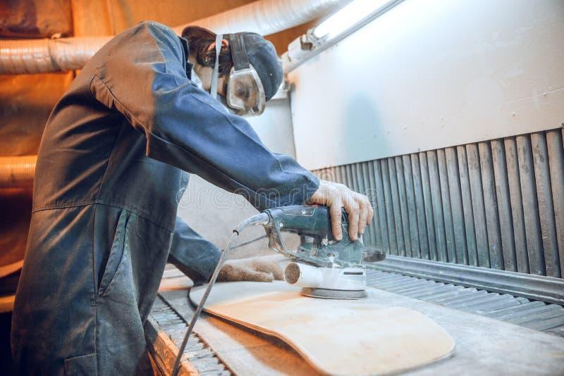 Snickare som använder cirkelsågen för att klippa träbräden arkivfoton