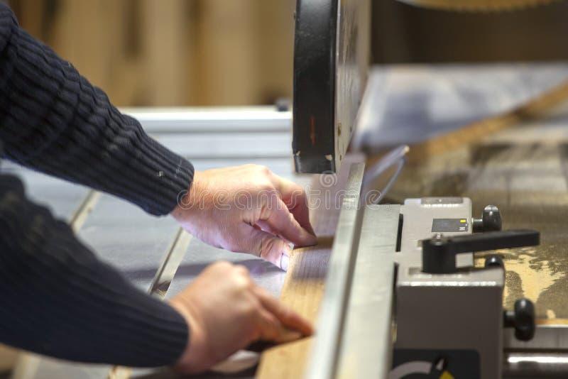 Snickare som arbetar med cirkelsågbladet royaltyfri foto