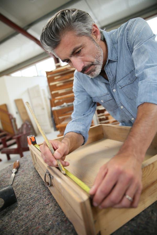 Snickare som skapar den wood enheten fotografering för bildbyråer