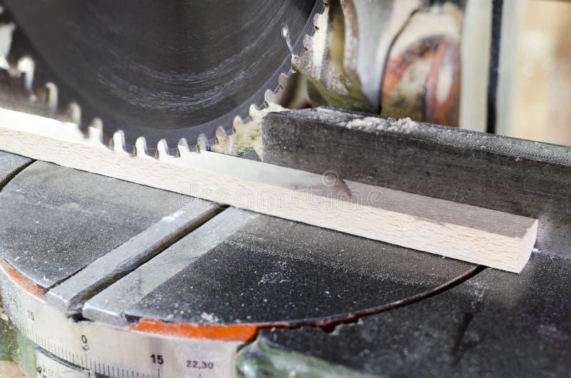 Snickare Using Circular Saw för trä arkivfoton