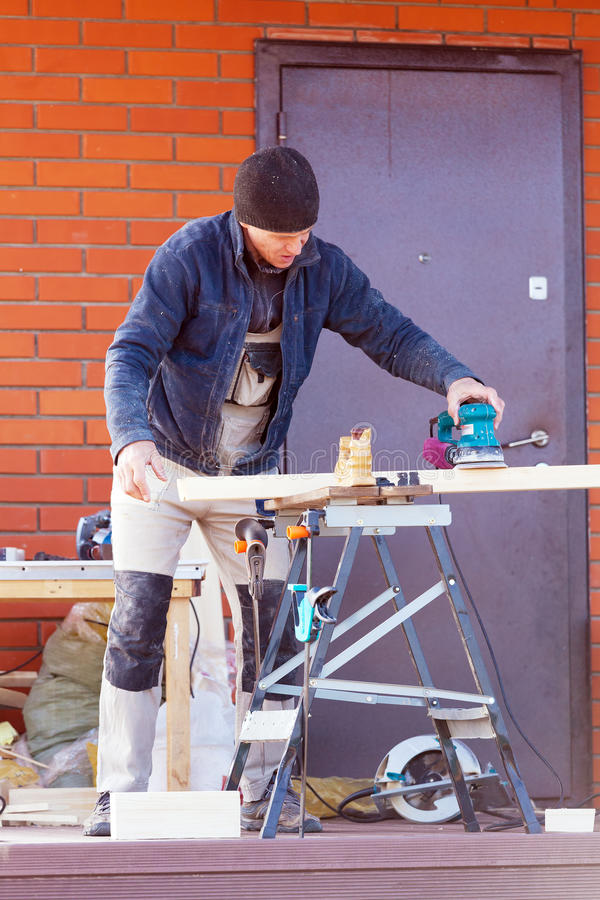 Snickare Working Polishing Machine fotografering för bildbyråer