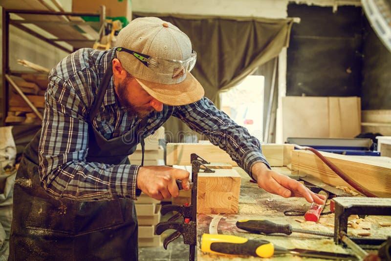 Snickarearbete med trä royaltyfri foto
