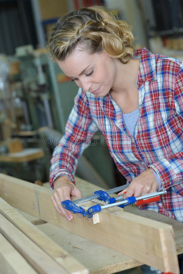 Snickarekvinna som arbetar i seminarium royaltyfria bilder
