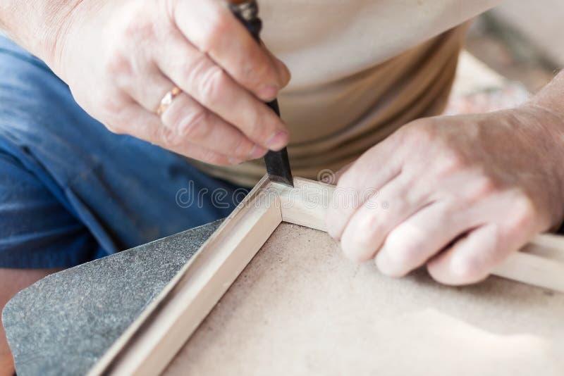Snickaren arbetar med stämjärnet arkivbild