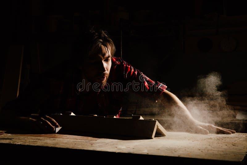 Snickaren blåser av det wood dammmolnet arkivfoton