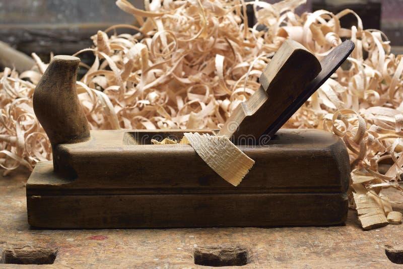 Snickaren som arbetar med nivån på trä royaltyfria foton