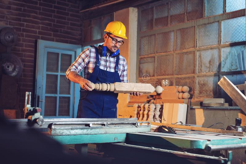 Snickaren som arbetar med utrustning på trätabellen i snickeri, shoppar fotografering för bildbyråer