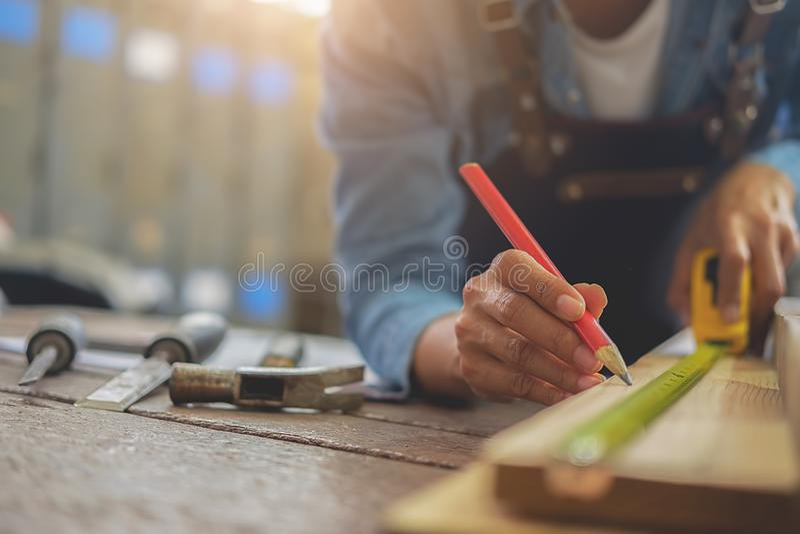 Snickaren som arbetar på snickerimaskiner i snickeri, shoppar A M. royaltyfria foton