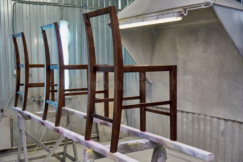 Snickeri- och snickeriproduktion Framställning av träramstolar Målningkammare royaltyfria bilder