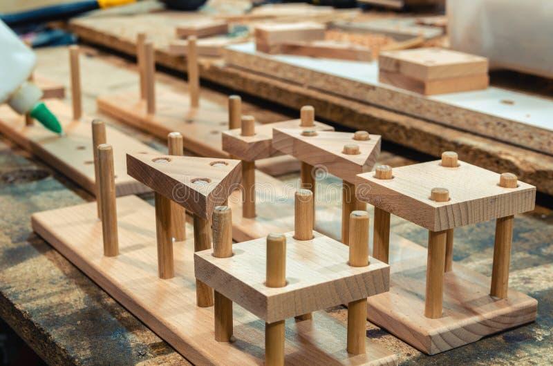 Snickeriseminarium för tillverkningen av träleksaker arkivbild