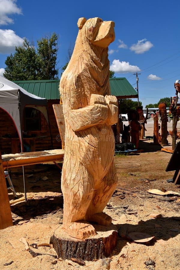Snida av en pågående björn royaltyfria bilder