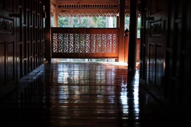 snida den wood trappräcket av Thailand det traditionella huset Thailändsk balust arkivbild