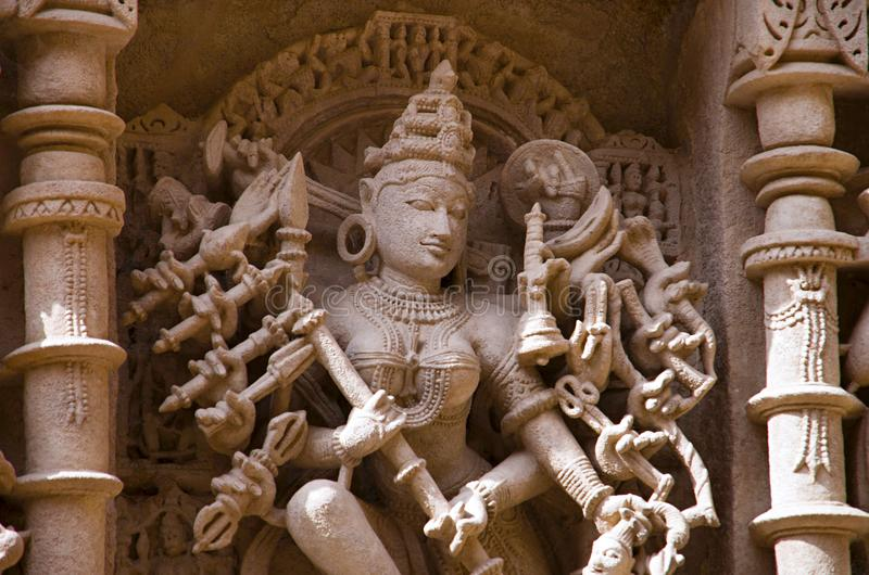 Sniden förebild av Mahishasuramardini på den inre väggen av rajas gemålkivav, en intricately konstruerad stepwell på bankerna av  royaltyfri bild