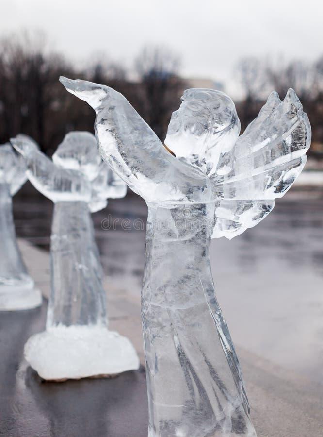 Sniden skulptur av den djupfryst ängeln i is fotografering för bildbyråer