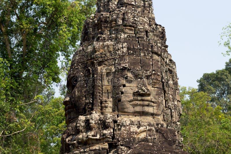 Sniden tornbasrelief av Angkor Wat den komplexa templet, Siem Reap, Cambodja Snida för Buddhaframsidasten royaltyfria bilder