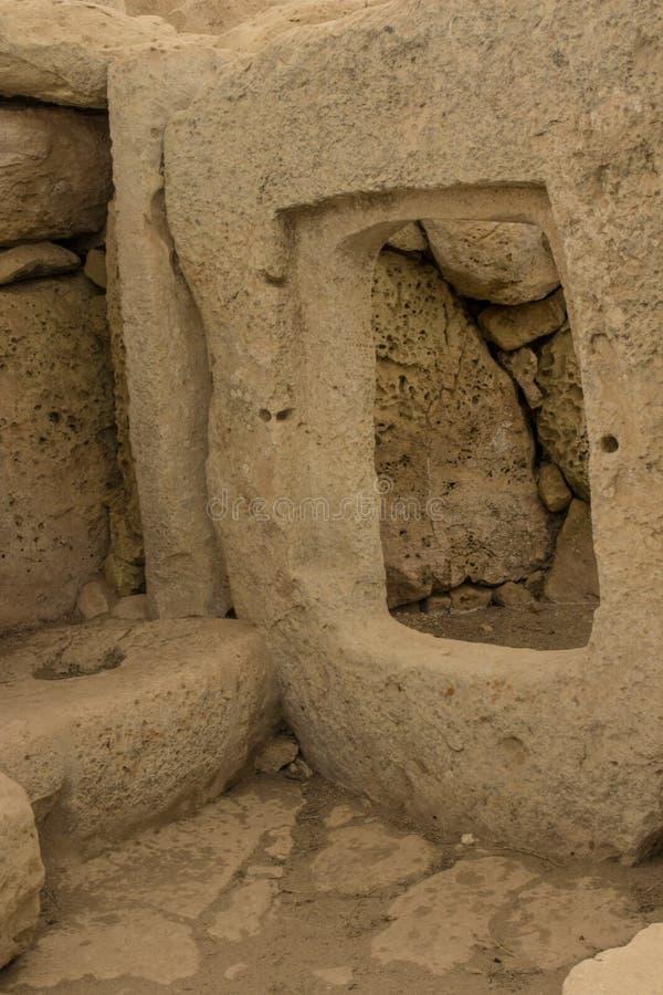 Snidit fönster  Hagar Qim tempel royaltyfri foto