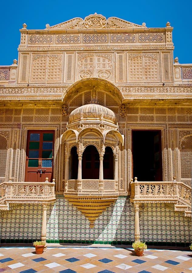 Snidit fönster i den Mandir slotten, Jaisalmer, Rajasthan, Indien arkivbild