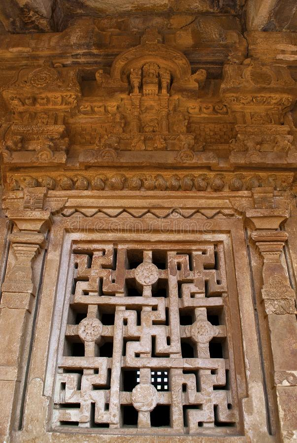 Snidit fönster med hakkorsdesignen på garbhagrihaväggen, Aihole, Bagalkot, Karnataka Den Galaganatha gruppen av tempel royaltyfri foto