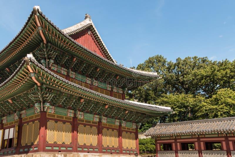 Snidit tak av den Injeongjeon korridoren i den Changdeok slotten, Seoul, Sydkorea royaltyfria foton