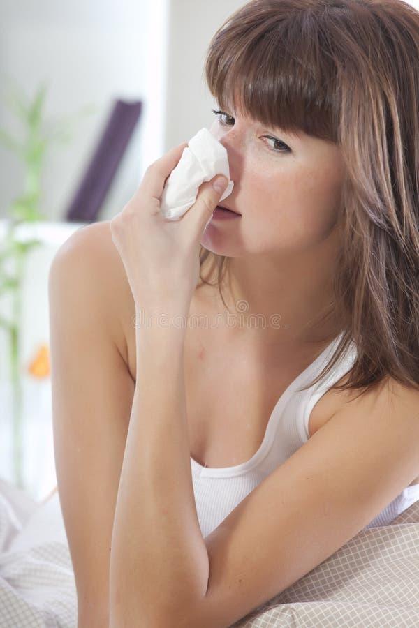 Sniffles en difficulté de femme photos stock