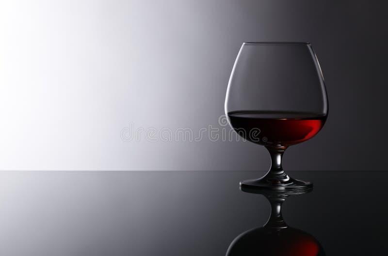 Snifter рябиновки на стеклянном столе стоковое изображение