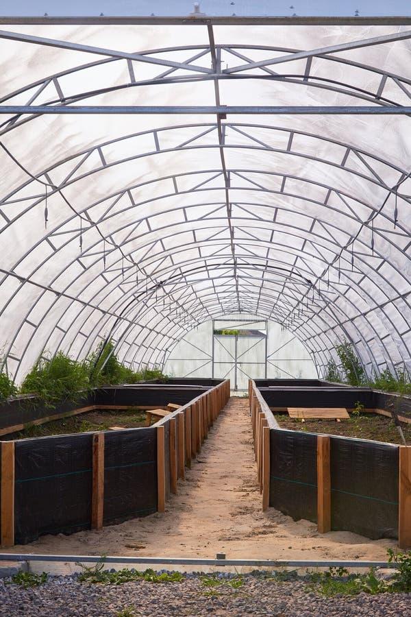 Snigelväxthus, gräsmattavattenspridare för att bespruta vatten över växter i trädgård royaltyfri foto
