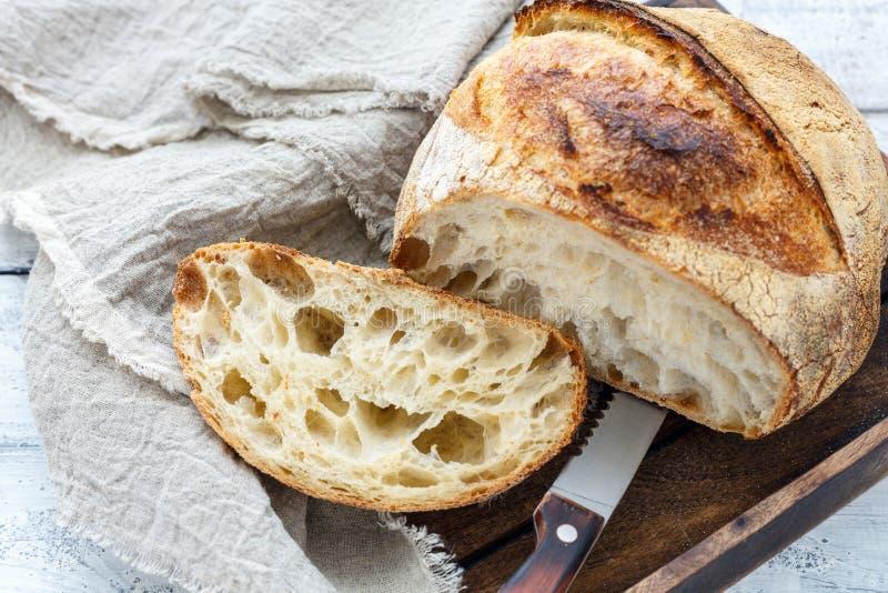 Snijd een brood van artisanaal brood op zuurdesem stock foto