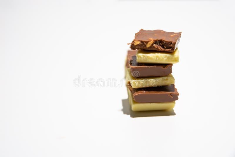 Snijd gestapelde ruwweg chocoladerepen Bruine en witte gestapelde chocoladerepen stock afbeelding