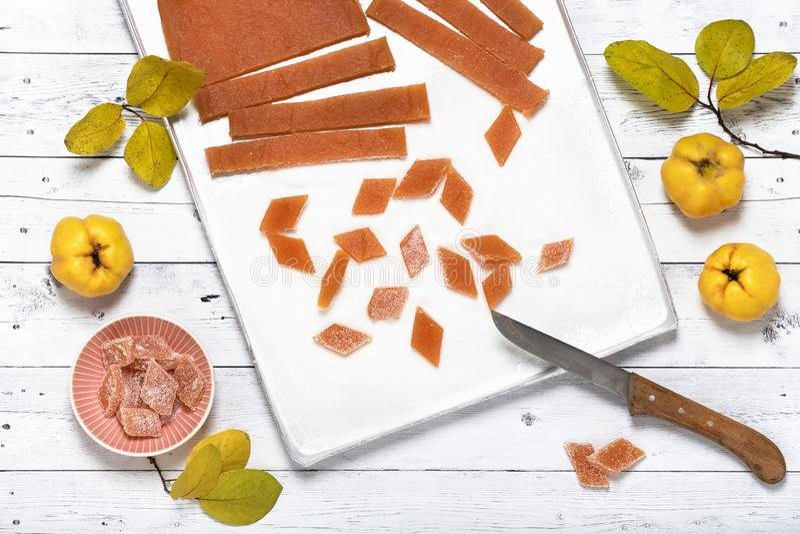 Snijd stukken van eigengemaakte kweepeermarmelade met af suiker stock afbeeldingen