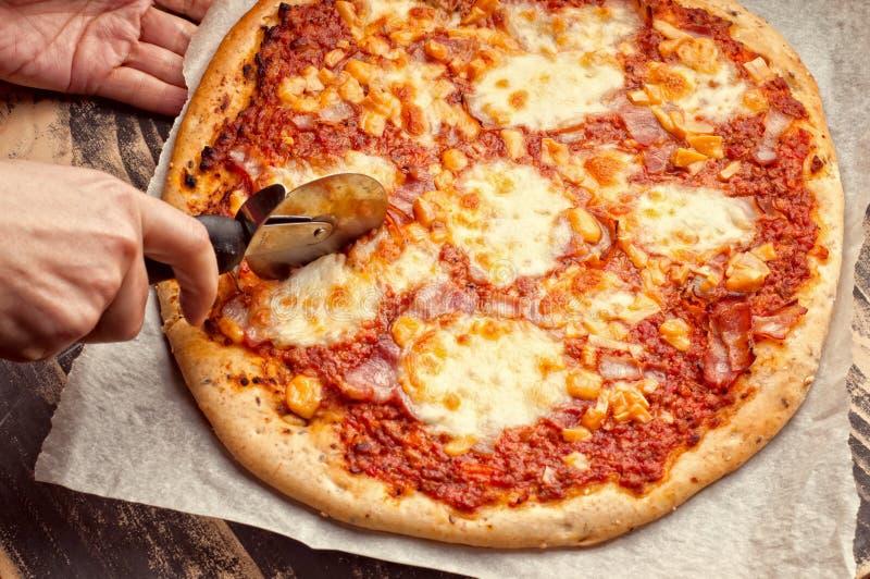 Snijdende pizza royalty-vrije stock fotografie