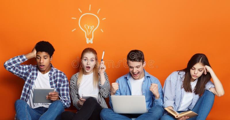 snille Studenter som f?rbereder sig f?r examina ?ver studiobakgrund royaltyfri bild