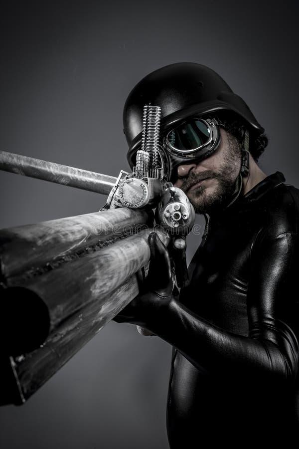 Sniper.soldier com a arma enorme do espaço. poses na defesa e no ataque fotografia de stock royalty free