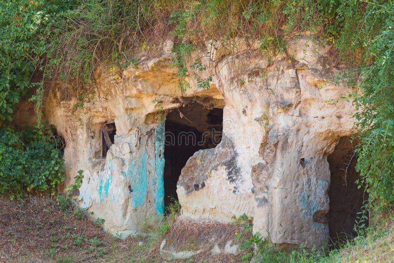 Snittet för klippaboningen in i sandstenen vaggar royaltyfri bild