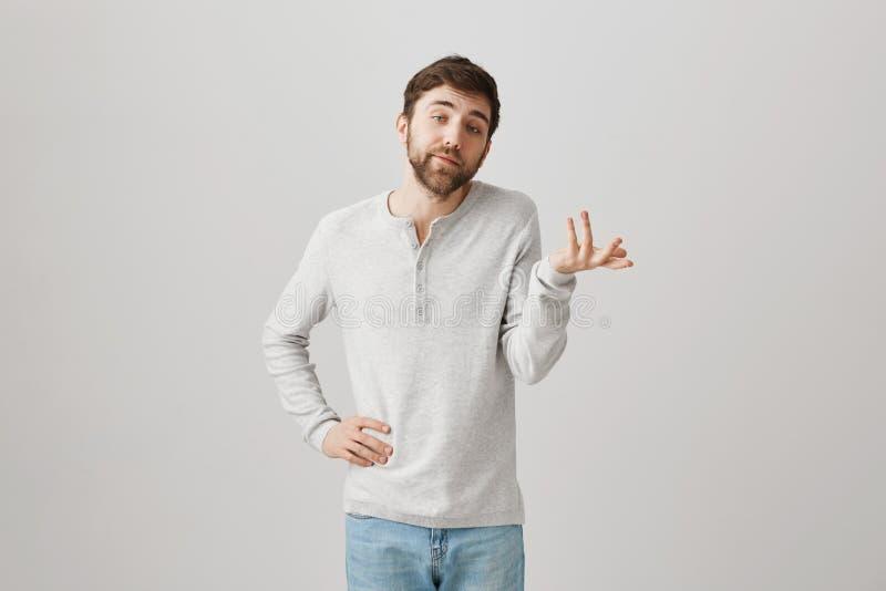 Snob masculin caucasien désagréable avec la barbe, expliquant quelque chose tout en faisant des gestes avec des mains, faisant le photo stock