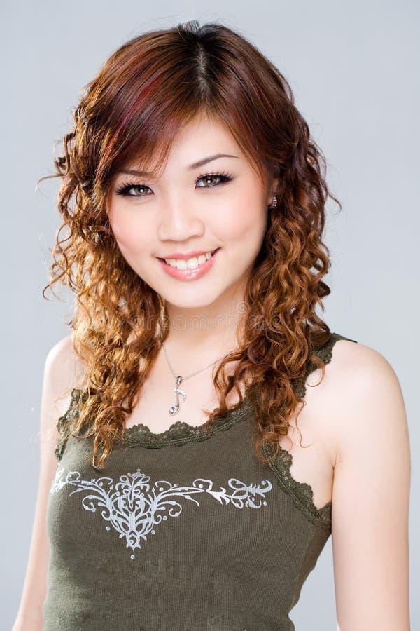 Snoepje dat jonge vrouw glimlacht stock afbeelding